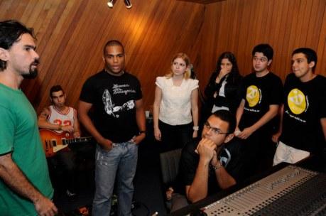 O produtor Marcelo Oliveira (Índio) fala enquanto que o engenheiro de som Kiko Miranda, a banda LePuff e a equipe do Bandejão prestam atenção